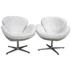 """Pair of Chic Arne Jacobsen Style """"Swan"""" Chairs in a White """"Nubby"""" Boucle Fabric 1"""