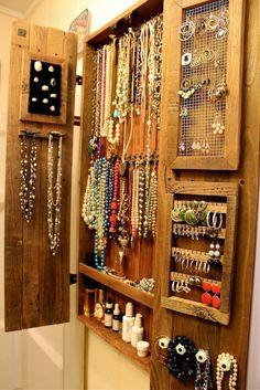 Шкаф для украшений: функционально и красиво http://happymodern.ru/shkaf-dlya-bizhuterii-i-ukrashenij/ Небольшой настенный шкаф из дерева для украшений
