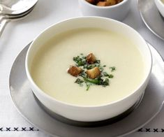 Potato and leek soup is a classic combination, and together they make a tasty, creamy soup that's perfect for lunch on a crisp, cold day. Serve with croûtons and fresh herbs. Spiced Pumpkin Soup, Carrot And Lentil Soup, Vegetable Soup Recipes, Vegetable Stew, Easy Snacks, Healthy Snacks, Moroccan Vegetables, Sweet Corn Soup, How To Make Potatoes