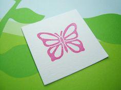 Este sello de mariposa tallado mano hace una adición bienvenida en mi gama de flora y fauna!  La imagen estampada medidas aprox. 2,3 x 1,8 cm