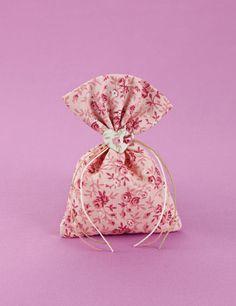 www.mpomponieres.gr Μπομπονιέρα γάμου πουγκί από ύφασμα floral ροζ βαμβακερό με δέσιμο σπαγκάκι και κερωμένα κορδόνια διακοσμημένο με στολίδι καρδιά. #mpomponieres #bomboniere #gamou #gamos #bonbonieres #μπομπονιερες #γαμου #γαμος #wedding #marriage http://www.mpomponieres.gr/mpomponieres-gamou/mpomponiera-gamou-floral-pougki-me-kardia.html
