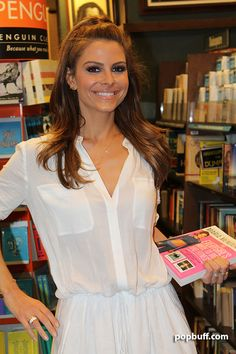 Maria Menounos at Barnes and Noble Surf City