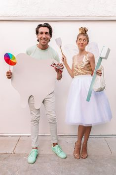 Wear a white and gold outfit, add fairy wings and a DIY gold crown to become a tooth fairy! Cut a tooth shape out of mat board and attach to a gold painted wooden dowel for a wand, and create an oversized toothbrush using a cardboard box and some paint! For the sweet tooth, cut a larger tooth shape out of mat board and attach to a piece of elastic or rope. Wear with a white or pastel colored outfit and carry your favorite sweet props (like Kinder Bueno bars!) along with you! Credit… 31 Days Of Halloween, Easy Halloween Costumes, Halloween Diy, Halloween Decorations, Diy Couples Costumes, Costume Ideas, Dynamic Duo Costumes, Tooth Fairy Costumes, Teeth Shape
