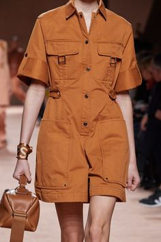 See all the Details photos from Hermès Spring/Summer 2020 Ready-To-Wear now on British Vogue 2020 Fashion Trends, Spring Fashion Trends, Fashion 2020, Runway Fashion, Ski Fashion, High Fashion, Womens Fashion, Fashion Weeks, Mode Outfits