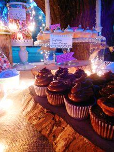 Mini cupcakes de chocolate y dulce de leche en la mesa Shabby Rustic de Süss Pastelería
