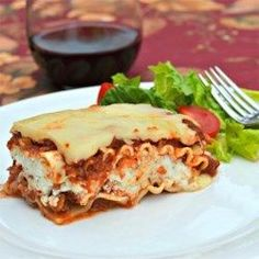 Classic and Simple Meat Lasagna Recipe , Ingredients and detailed directions brought to you by Recipes A to Z Lasagna No Meat Recipe, Meat Lasagna, Lasagna Recipes, Simple Lasagna Recipe, Lasagna Cups, Worlds Best Lasagna, Whole Wheat Noodles, Good Food, Kitchens