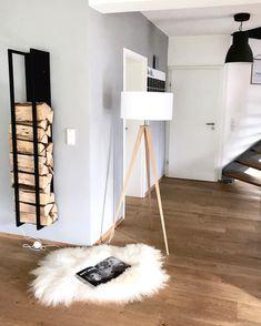 Light it up! Raumbeleuchtung spielt eine große Rolle in der Inneneinrichtung: Sie füllt nicht nur die dunkelsten Ecken mit Licht, sondern schafft auch eine besondere Atmosphäre, betont Ihren Wohnstil und setzt Akzente. Die Stehleuchte Tripod passt perfekt in diese Wohnzimmer im Natural Living Look ! // Wohnzimmer Leuchte Fell Teppich Ideen Deko Holz #WohnzimmerIdeen #Teppich #Ideen #Dekoration #Stehleuchte @wollehochdrei
