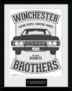 Supernatural - Winchester Brothers  - Kehystetty kuva - 30 x 40 cm keräilykuva - 25 mm paksu muovikehys - Pirstoutumaton muovipaneeli  Aidot 'Supernatural' fanit tulevat rakastamaan tätä kehystettyä kuvaa. Kuvassa on Chevrolet Impala ja lauseet 'Winchester Brothers' ja 'Saving People. Hunting Things. The Family Business'. Pirstoutumaton muovipaneeli tarkoittaa, että se taatusti selviää seuraavassa demonihyökkäyksessä. 18,99 €