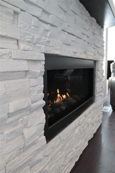 Home theaters com lareira heatnglo cosmo 42 Stacked Rock Fireplace, White Stone Fireplaces, Rock Fireplaces, White Fireplace, Fireplace Wall, Living Room With Fireplace, Fireplace Surrounds, Modern Stone Fireplace, Fireplace Ideas