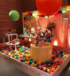 A imagem pode conter: comida First Birthday Party Themes, Ball Birthday, Baby Boy 1st Birthday, Toy Story Birthday, First Birthday Parties, First Birthdays, Festa Toy Story, Toy Story Party, Party Decoration