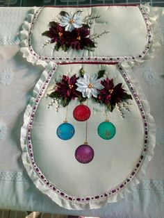 Christmas 2019, Christmas Tree, Bathroom Sets, Dream Catcher, Sewing Crafts, Diy And Crafts, Decorative Plates, Embroidery, Holiday Decor
