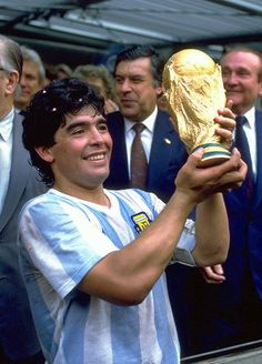 Diego Armando Maradona lifts 1986 World Cup My People, People Around The World, Diego Armando, World Cup Winners, Good Soccer Players, Most Popular Sports, Sport Icon, World Football, Nfl