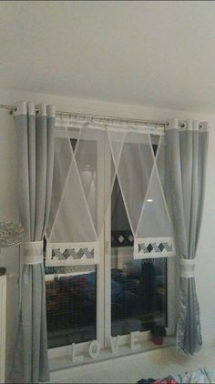 How to Make Simple Kitchen Curtains - Life ideas Diy Sewing Table, Sewing Room Decor, Window Coverings, Window Treatments, Custom Kitchen Cabinets, Custom Drapes, Curtain Designs, Kitchen Curtains, Window Design
