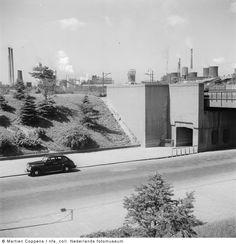 Autoweg met op de achtergrond Staatsmijn Maurits, Geleen-Lutterade (1952)