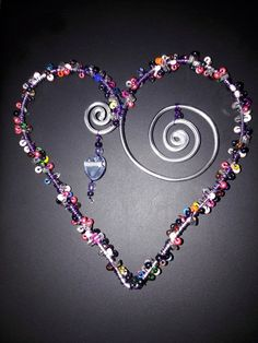 Beaded Wind Chimes Ideas - wire heart with colored beads - LiPiN - Beaded Wind Chimes Ideas – wire heart with colored beads - Beaded Crafts, Beaded Ornaments, Wire Crafts, Jewelry Crafts, Wire Jewelry, Beaded Jewelry, Jewelery, Beads And Wire, Wire Art