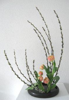 Ikebana_Fruehlingsgesteck_Handgemachte_Vase.jpg 770×1.105 pixels