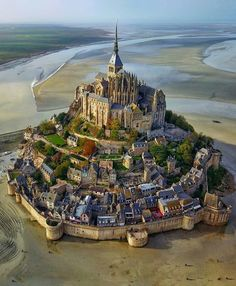 L' isola di Mont Saint-Michel vista dall'alto! Normandia, in Francia. Mont Saint Michel France, Le Mont St Michel, Beautiful Castles, Beautiful World, Beautiful Places, Amazing Places, Beautiful Buildings, Amazing Photos, Beautiful Pictures