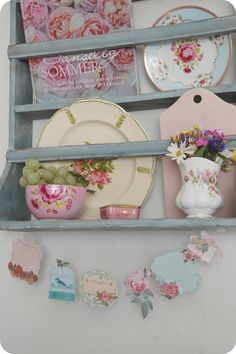 Love the Greengate blue plate & pink bowl on this blue-grey rack! ~ Toves Sammensurium: Sommerstemning...