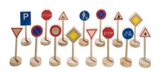 Příslušenství k vláčkodráhám   Dopravní značky   Dřevěné dopravní značky   Dřevěné domečky pro panenky, dřevěné hračky, dětské dřevěné kuchyňky, dřevěné vláčkodráhy, dřevěné dětské nářadí a vše, co ke hraní patří