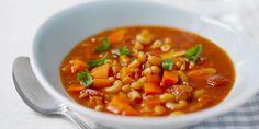 Hienonna sipulia ja valkosipuli. Suikaloi pekoni ja kuutioi porkkanat.Laita pekonisuikaleet kuumenevaan kattilaan. Kun pekonin rasva on sulanut, lisää sipulit ja kuullota niitä hetki. Lisää myös oregano, porkkanakuutiot ja tomaattipyree. Kaada lihaliemi ja tomaattimurska kattilaan. Kiehauta ja lisää pavut. Hauduta 15-20 minuuttia. Lisää pasta ja jatka hauduttamista vielä noin vartin verran.Tarkista maku ja lisää tarvittaessa suolaa ja mustapippuria. Viimeistele keitto hienonnetulla…