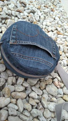 Handbag in jeans design. Diy Jeans, Diy Denim, Artisanats Denim, Denim Purse, Denim Crafts, Recycle Jeans, Denim Bag Patterns, Bag Patterns To Sew, Mochila Hippie