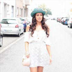 """Rebecca von @beccygarcia trägt den farbenfrohen Loevenich Hut als Eye Catcher zu ihrem """"White on White"""" Outfit. Wir finden, das Outfit ist sehr gelungen. Vielen lieben Dank, für das tolle BIld <3"""