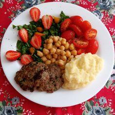 Boa tarde, pessoal! ❤ Almoço: grão de bico, rúcula, morangos, tomate cereja, pimenta biquinho, purê de batatas (com um pouquinho de leite desnatado e 10g de manteiga) e bifinho de carne moída grelhado. Tem receita deste bifinho na tag: #receitaslucymeri . . . .  #dietaesaudeoficial #fitfood #reeducaçãoalimentar #foco#qualidadedevida #foconoobjetivo #vidasaudavel  #alimentaçãosaudável  #healthy #healthyfood #homemade #healthylifestyle #nutrition #comidadeverdade #foodlove #saúde #fitness…