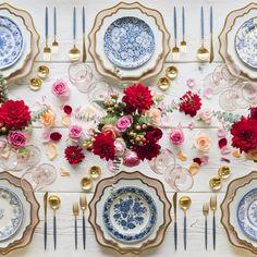 Mesas cheias de flores e belíssimas louças - in love with