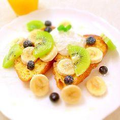 Kiwi fruits, banana, blueberry french toasts キウイフルーツとバナナ、ブルーベリーのフレンチトースト