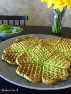 Green waffles with spinach and basil Food To Go, Love Food, Food And Drink, Low Carb Recipes, Healthy Recipes, Healthy Food, Crepes And Waffles, Food Crush, Creamed Spinach