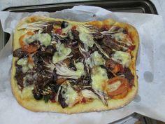 Gino D'Aquino /  Pizza avec  radichie  tomate mozarelle et olive  noir Gino D'Aquino