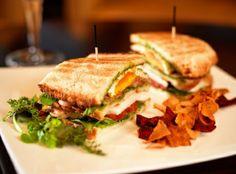 En el bar del Majestic puedes disfrutar de un magnífico sándwich en una ambiente Piano Bar! #clubsandwichbarcelona #pianobar