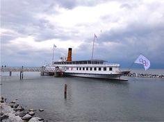 """Radschiff """"Helvétie"""" als Museum auf dem Genfersee  Trotz des garstigen Aprilwetters unternahm ich gestern einen Ausflug an den Genfersee. Die Dampferfreunde des Genfersees (ABVL, www.abvl.ch) luden zur Besichtigung des Radschiffs Helvétie ein.  Diesen und nächsten Sommer beherbergt das grösste Raddschiff des Genfersees während der Renovation des Olympischen Museums einen Teil der Ausstellungsgegenstände. Das Schiff ist seit 2002 ausser Betrieb, wurde jedoch in"""