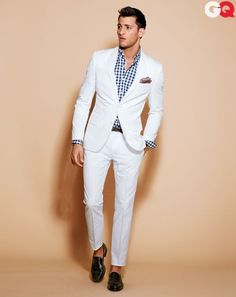 The Best Men's Fashion: White suit- I knwpo what your thinking but this is actually great look it as an outfit meant to get wrinkly and dirty, Its not supposed to be for work or anything pure casual dress that you can dress down or up Best Mens Fashion, Mens Fashion Suits, Look Fashion, Mens Suits, Fashion Outfits, Gq Fashion, Suit Men, Trendy Fashion, Fashion News