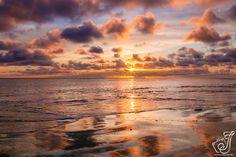 Zonsondergang op Ameland. Een ondergaande zon in zee vind ik fantastisch om te fotograferen. De zonsondergang is elke keer weer anders en en je kunt even lekker even naar het strand je komt tot rust en kan je gedachten even laten gaan. Een zonsondergang veranderd heel vlug in mysterieuze kleuren van de ondergaande zon en is elke keer anders .Dit maakt het zo mooi .
