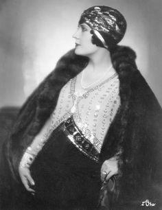 Madame de Mendozan trägt ein Hutmodell von Le Monnier aus gesticktem Gold und schwarzem Filz, um 1928