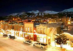 Breckenridge ski resort has become a giant of winter recreation, attracting more than a million visits each ski season. 28 ski lifts and, soon, a brand new gondola serving Peaks 7 and 8, bring skiers and snowboarders to the ski resort's 2,200 acres of skiable terrain spanning over 146 trails. Seven half pipes and snowboard parks scattered over Breckenridge's various peaks make up a snowboarder's heaven.