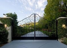 28 great ideas for driveways to impress your guestsOriginal metal entrance gate entrance gate entrance gate decorhomeideasThe garden of the creeping Fig-Robert Courturier in Connecticut - so breathtaking!The garden of the creeping Fig-Robert Metal Driveway Gates, Driveway Entrance, Front Gates, Entrance Gates, Grand Entrance, House Entrance, Tor Design, Gate Design, Driveway Landscaping