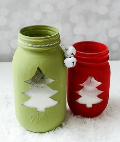 20 Magical Christmas mason jars that you can yourself this holiday! These Christmas mason jars are perfect for home decor, or even gifts! Recycled Christmas Decorations, Mason Jar Christmas Crafts, Easy Christmas Ornaments, Homemade Christmas Decorations, Mason Jar Crafts, Mason Jar Diy, Handmade Christmas, Christmas Candles, Holiday Crafts