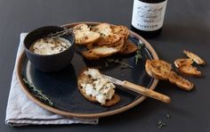 In need of a quick gourmet snack? This baked camembert dip with thyme and garlic knows how to impress and goes nicely with sweet wines. Picnic Food List, Picnic Snacks, Picnic Dinner, Picnic Ideas, Vegetarian Picnic, Healthy Picnic Foods, Snack Recipes, Cooking Recipes, Picnic Recipes