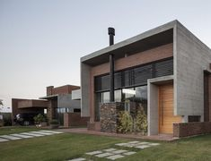 Concrete and exposed brick facade Casa Hoff / Arquitectos Ramella, Brazil ww … Exposed Concrete, Exposed Brick, Brick Architecture, Residential Architecture, Minimalist House Design, Minimalist Home, Style At Home, Rio Grande Do Sul, Brick Facade