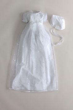 Dåbskjole i hvid organza med prikker. Korte ærmer og foer af 100% bomuld CD60