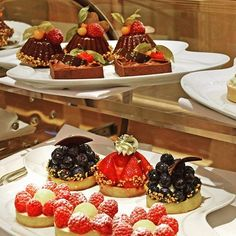 Latest News & Informations about the ★ Baur au Lac ★ 5 Star Hotel in the heart of Zurich ➨ Suscribe here to our newsletter! Star Wars, Michelin Star, Zurich, Resorts, Pastries, Wines, Summertime, Restaurants, Cheesecake