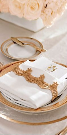 White and Gold Wedding. Turkish Wedding, Deco Addict, Wedding Place Settings, Beautiful Table Settings, Napkin Folding, Elegant Table, Partys, Deco Table, Decoration Table
