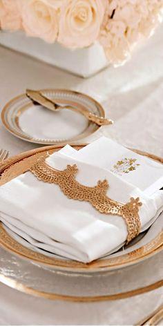 White and Gold Wedding. Turkish Wedding, Deco Addict, Wedding Place Settings, Beautiful Table Settings, Napkin Folding, Elegant Dining, Partys, Deco Table, Decoration Table