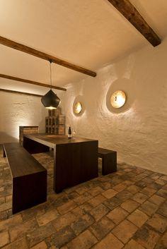 Weinkeller_Steinboden_Holztisch_Beleuchtung Wall Lights, Ceiling Lights, Lighting, World, Bar, Home Decor, Kitchen, Designer Coats, Basement Ideas