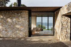 Cowes Bay Residence, Waiheke Island, New Zealand - The Cool Hunter - The Cool Hunter La Croix Valmer, Casa Patio, Waiheke Island, Stone Houses, Interior Architecture, Facade, New Homes, House Ideas, House Design