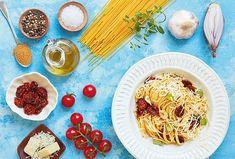 Máte velkou úrodu rajčat a nevíte už, co s nimi? Usušte je a využijte při přípravě jednoduchých, ale vynikajících špaget. Zbytek sušených rajčat pak můžete naložit do oleje a nechat si na jindy. Hummus, Ethnic Recipes, Food, Essen, Meals, Yemek, Eten
