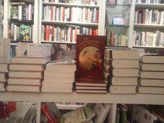 Platz da für Kinderbücher, ihr Großen! Bookcase, Shelves, Home Decor, Voyage, Shelving, Homemade Home Decor, Book Shelves, Shelf, Open Shelving