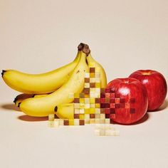 There's something about the IRL #pixelation of these works by @yuni_yoshida that makes us crave these foods even more. 🍌🍎🍍🍔